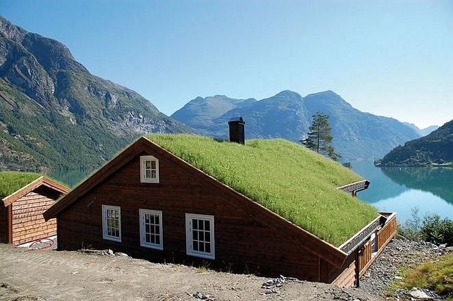 huisje-aan-meer-in-noorwegen