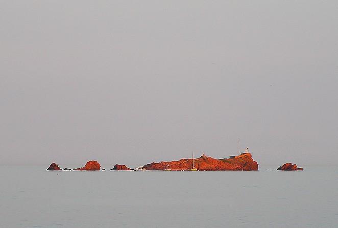 rode rotsen-in-zee-zuid-frankrijk